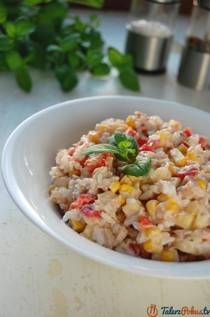 sałatka z tuńczyka z ryżem i papryką