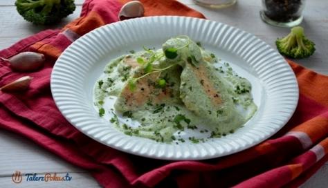 Pierś kurczaka w sosie jogurtowo-brokułowym