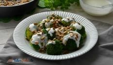 Brokuł na parze z sosem czosnkowym