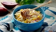 Surówka z kapusty z kukurydzą i czerwoną cebulą w sosie musztardowym