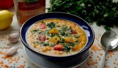 Zupa curry z dynią, papryką i czerwoną soczewicą