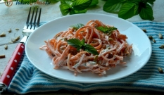 Spaghetti z marchewki w sosie jogurtowym