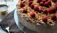 Tort z kremem kawowym, jagodami i solonymi migdałami