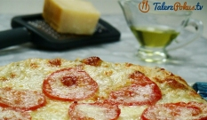 Pizza z pomidorami, mozzarellą i parmezanem