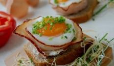 Jajka zapiekane w szynce