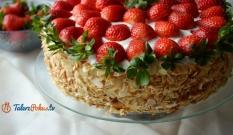 Tort z kremem z mascarpone i truskawkami