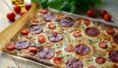 Tarta z chorizo, pomidorkami i rukolą