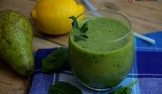 Zielony koktajl ze szpinakiem i owocami
