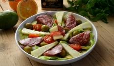 Sałatka z hiszpańską kiełbasą, serem i oliwkami