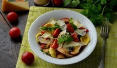 Makaron z pomidorkami, fetą i ziołami